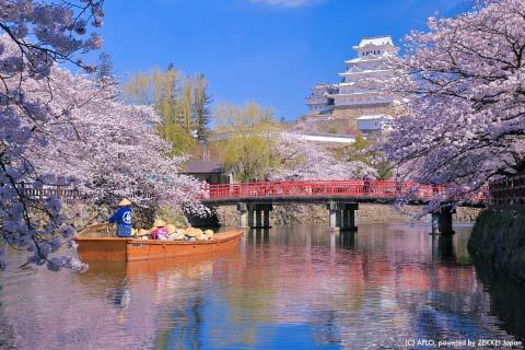 姫路城(兵庫県)で撮れる4ショット 城×赤い橋×小舟×桜が一度に撮れる!